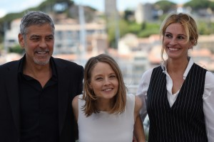 "US director Jodie Foster (C) poses on May 12, 2016 with US actors George Clooney (L) and Julia Roberts during a photocall for the film ""Money Monster"" at the 69th Cannes Film Festival in Cannes, southern France. / AFP PHOTO / ANNE-CHRISTINE POUJOULAT"